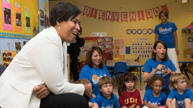 La alcaldesa de DC, Muriel Bowser, se convierte en madre adoptiva
