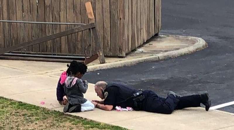 Se vuelve viral vídeo del oficial de South Hill jugando muñecas con niños del vecindario.