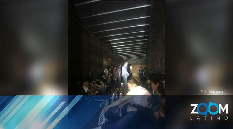 Agentes fronterizos interceptan camión de arrastre que llevaba ocultos a más de 60 indocumentados.