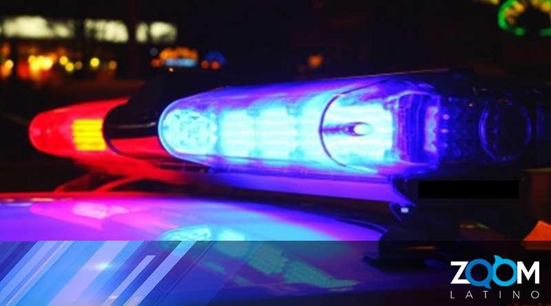 Oficiales de policía buscan a un hombre que secuestro a una mujer