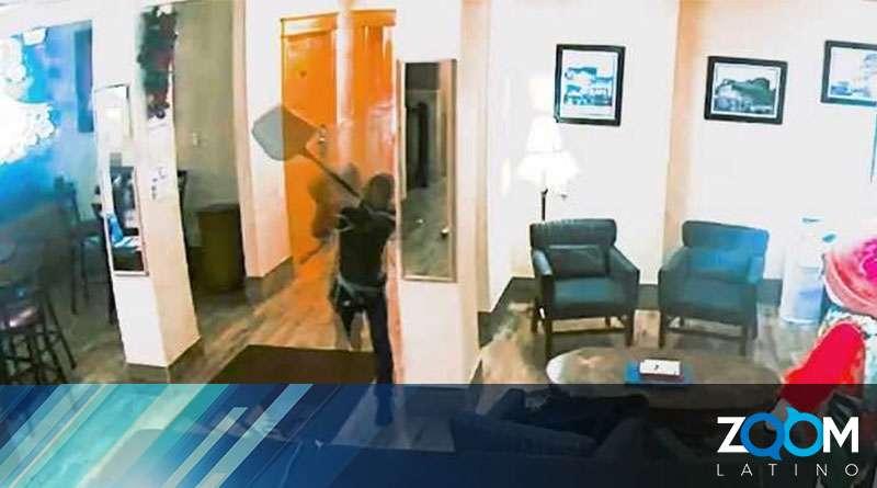 Policía busca a personas que causaron destrozos en un hotel