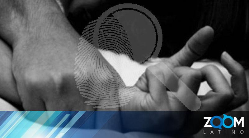 Oficiales de la policía investigan un caso de agresión sexual