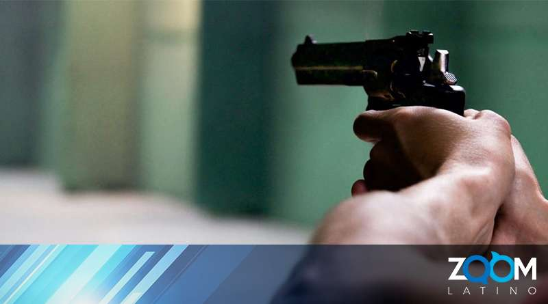 Policía arresta a un hombre que apuntó con arma de fuego a un soplador de hojas
