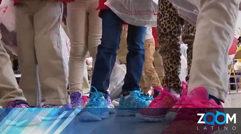 Samaritan's Feet entrega un par de zapatos nuevos a estudiantes de una escuela primaria en DC