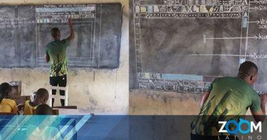 Maestro de Ghana enseña Microsoft Word con dibujos en la pizarra