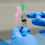 Un líder electo de Virginia del Norte se ofreció como voluntario para las pruebas de la vacuna de COVID-19.